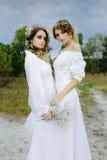 2 женщины в белых платьях Стоковое Изображение RF