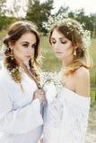 2 женщины в белых платьях Стоковое Изображение