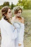 2 женщины в белых платьях Стоковые Изображения