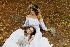 2 женщины в белых платьях Стоковые Изображения RF