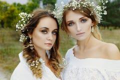 2 женщины в белых платьях Стоковое фото RF
