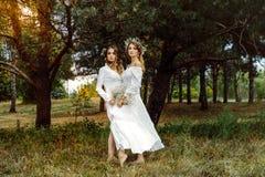 2 женщины в белых платьях Стоковые Фотографии RF