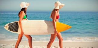 Женщины в бикини держа surfboards Стоковое Изображение RF