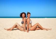Женщины в бикини на пляже Стоковое Изображение