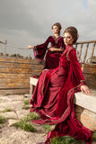 2 женщины в винтажных одеждах на шлюпке Стоковое фото RF