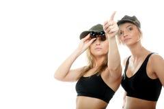 2 женщины в воинских одеждах, девушки армии Стоковое Изображение