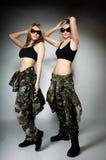 2 женщины в воинских одеждах, девушки армии Стоковое Изображение RF