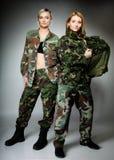 2 женщины в воинских одеждах, девушки армии Стоковое фото RF