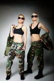 2 женщины в воинских одеждах, девушки армии Стоковое Фото