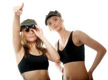 2 женщины в воинских одеждах, девушки армии Стоковые Фото