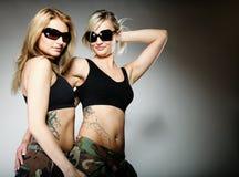 2 женщины в воинских одеждах, девушки армии Стоковая Фотография RF