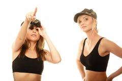 2 женщины в воинских одеждах с девушками армии биноклей Стоковые Изображения
