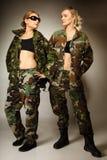 2 женщины в войсках одевают девушек армии Стоковые Фотографии RF