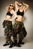 2 женщины в войсках одевают девушек армии Стоковое Изображение