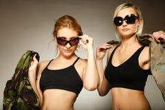 2 женщины в войсках одевают девушек армии Стоковые Фото