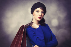 Женщины в голубом платье с хозяйственными сумками Стоковые Изображения RF