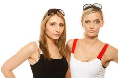 2 женщины в лете одевают портрет солнечных очков Стоковые Изображения
