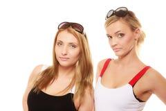 2 женщины в лете одевают портрет солнечных очков Стоковое Фото