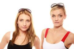 2 женщины в лете одевают портрет солнечных очков Стоковое Изображение RF