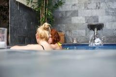 Женщины в здоровье и бассейн курорта Стоковая Фотография