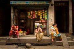 3 женщины в их магазине в Катманду Непале Стоковые Фото