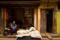 2 женщины в их магазине в Катманду Непале Стоковое Изображение