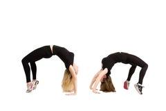 2 женщины в йоге представляют изолированный мост на фитнесе Стоковые Изображения RF