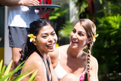 Женщины в каникулах на азиатском бассейне гостиницы с коктеилями Стоковое Изображение RF