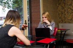 Женщины в кафе Стоковое Изображение