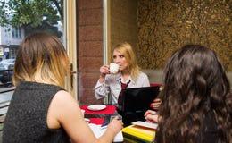 Женщины в кафе Стоковые Фото