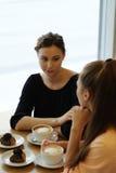 Женщины в кафе Стоковые Фотографии RF