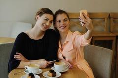 Женщины в кафе Стоковые Изображения RF