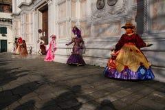 Женщины в костюмах и маски представляя на масленице Венеции в Венеции, Италии Стоковые Изображения RF