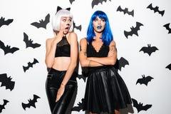 Женщины в костюмах хеллоуина на партии Стоковые Изображения RF
