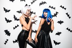 Женщины в костюмах хеллоуина на партии Стоковые Фотографии RF