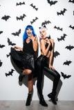Женщины в костюмах хеллоуина на партии Стоковые Изображения