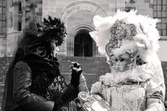 Женщины в костюмах эпохы держа руки Стоковое Фото