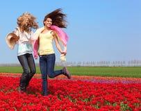 2 женщины в красном поле тюльпана Стоковое Фото