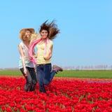2 женщины в красном поле тюльпана Стоковые Изображения RF