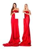 2 женщины в красном платье с кассетой в руках Стоковые Фотографии RF
