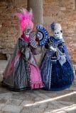 2 женщины в красочных костюмах во время масленицы Венеции Стоковое Изображение RF