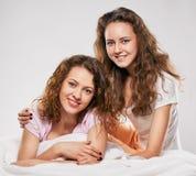 2 женщины в кровати Стоковые Изображения