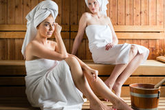Женщины в курорте здоровья наслаждаясь вливанием сауны Стоковое Изображение