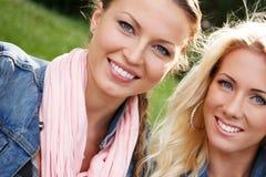 2 женщины в куртках джинсов Стоковая Фотография