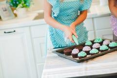2 женщины в кухне подготавливая еду Стоковое Изображение
