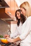 Женщины в кухне Стоковое Изображение
