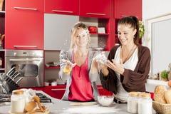 Женщины в кухне Стоковые Фото
