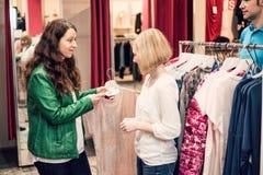 2 женщины в магазине одежды Стоковая Фотография RF