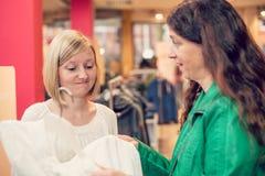 2 женщины в магазине одежды Стоковое Изображение RF