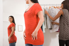 Женщины в магазине одежды Стоковая Фотография RF